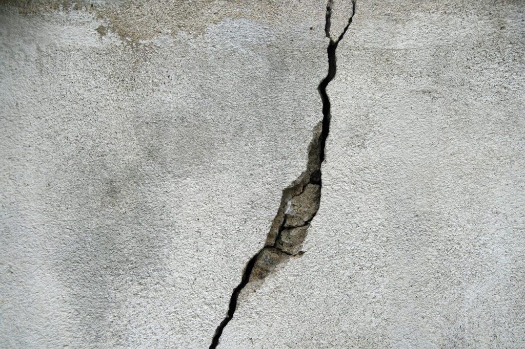 Jak pielęgnować beton – jak naprawić pęknięty beton, pęknięcia w betonie